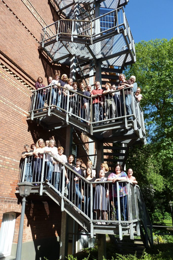 Gruppenfoto: Chor auf Feuertreppe